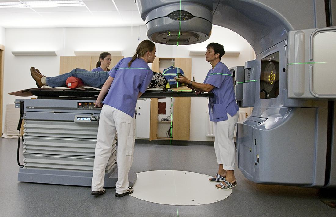 Låt andra yrkesroller ta större ansvar för sjukvården
