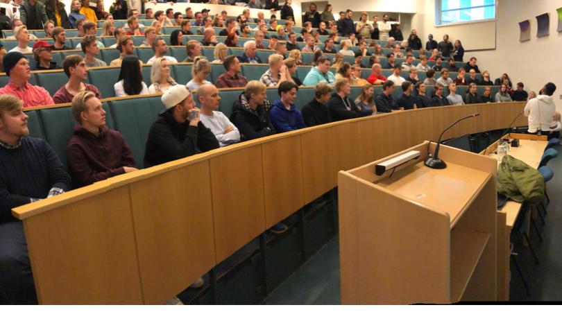 Totalt fullsatt när Hanif Bali blev utfrågad på Umeå Universitet