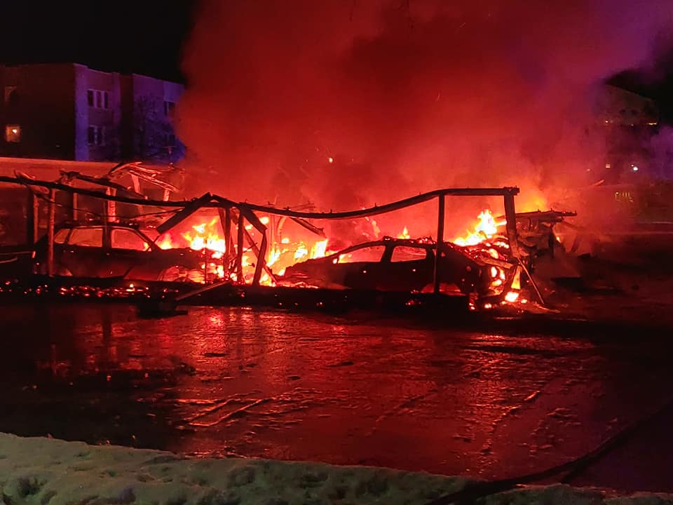 50 bilar brann i Umeå. Polisen utreder grov mordbrand.